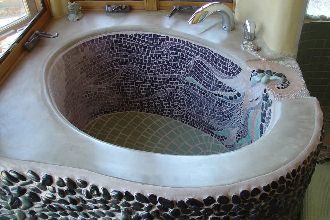 Bathtub with artistic details. Mosaics by Emilie Ledieu.